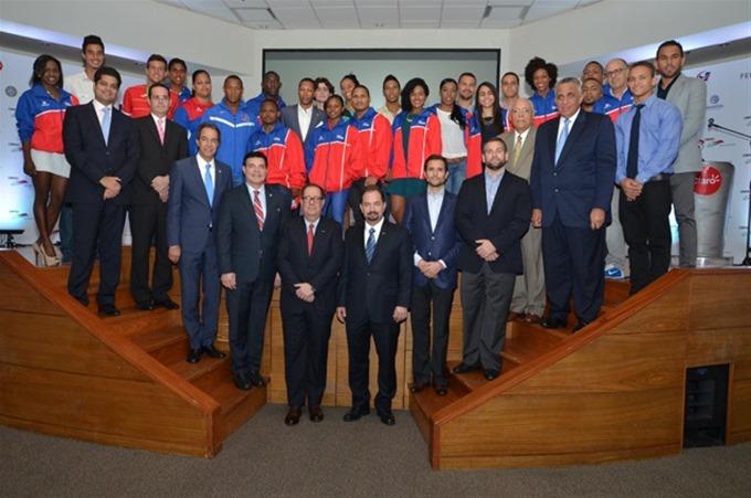 El grupo de empresarios posa junto a varios de los medallistas de los Juegos Centroamericanos y del Caribe de Veracruz, México. fuente externa