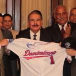 Presidente Danilo Medina entrega la Bandera Nacional al equipo Escogido